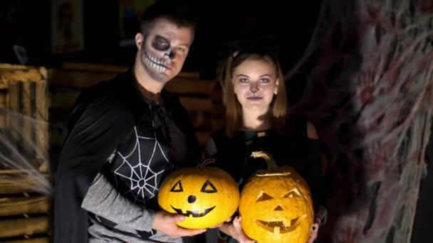 Data Di Halloween.Data Nello Stile Di Festa Di Halloween Notte Crepuscolo Sotto I Raggi Di Luce Ragazzo Con Una Ragazza Vestita In Costumi E Con Un Trucco Terribile Sono Detenzione Due Grandi Zucche Di Halloween