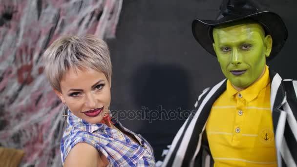 Halloween-Party, Foto-Session, junge Menschen in gruselige Kostüme mit einem schrecklichen Make-up verkleidet. Sie sind im Hintergrund Halloween Spaß, die Landschaft zu sehen ist