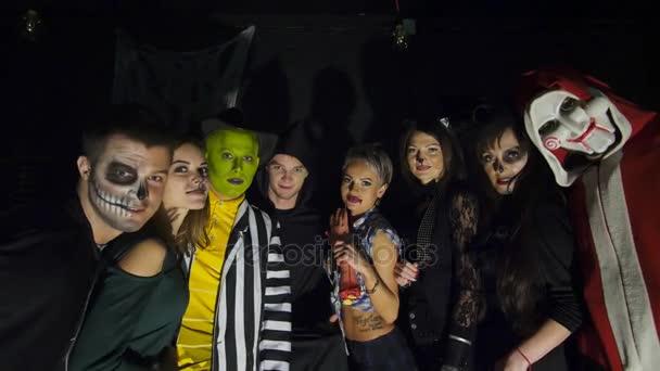 Halloween-Party, Nacht, Dämmerung, in den Strahlen des Lichtes, junge Leute zu erschrecken die Zuschauer, jeder trägt unheimlich Kostüme für Halloween.