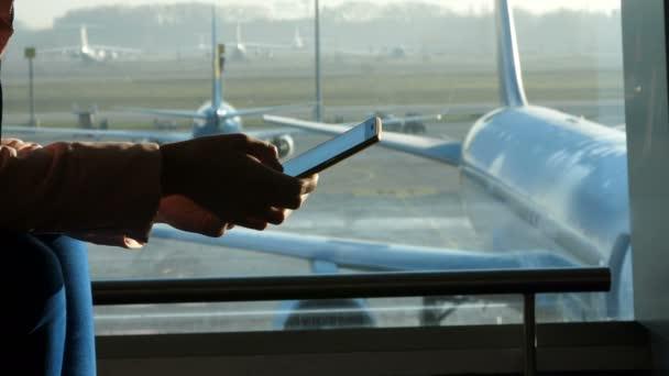 primer plano, en el aeropuerto, en la sala de espera, en el marco de ...