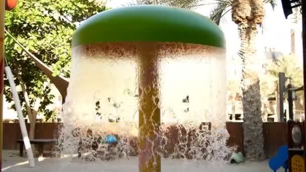 Spielplatz Am Pool Mit Springbrunnen. Wasserfall Aus Einem Brunnen  Kaskadierung U2014 Stockvideo