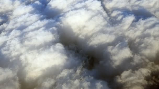 Letecký pohled na bílý načechraný mraky. Létání nad mraky při západu slunce. pohled z okna letadla, Cloudscape pozadí