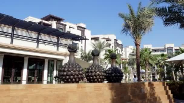 Dubai, Emirati Arabi, Emirati Arabi Uniti - 20 novembre 2017: View di lusso 5 stelle Jumeirah Beach Hotel, vicino a Burj al Arab. figure-sculture che decorano il territorio Hotel