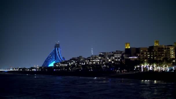 Dubai, Emirati Arabi, Emirati Arabi Uniti - 20 novembre 2017: Hotel Jumeirah Al Qasr Madinat, Al Naseem, Hotel sulla spiaggia, la vista degli Alberghi di notte, tutto nelle luci, bagliore