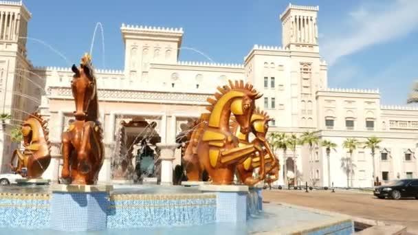 Dubaj, Spojené arabské emiráty, SAE - 20. listopadu 2017: Hotel Jumeirah Al Qasr Madinat, kašna se sochami zlatých koní při vstupu do hotelového komplexu