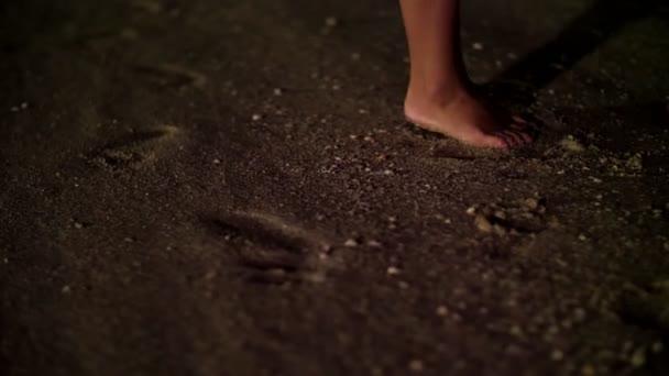in der Nacht, paar stehen barfuß im Sand, am Strand, zwei Paar Füßen stehend neben dem männlichen und weiblichen. Eine Frau steht auf Zehenspitzen