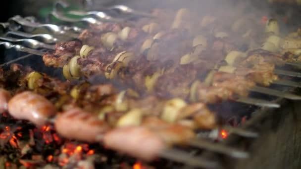 Vaření na detailní kovový špíz grilovaný kebab. Vařené pečené maso na grilu. Plátky masa čerstvého hovězího BBQ-chop. Tradiční východní pokrm, ražniči. Gril na dřevěné uhlí a plamen, piknik, pouliční stánky s jídlem