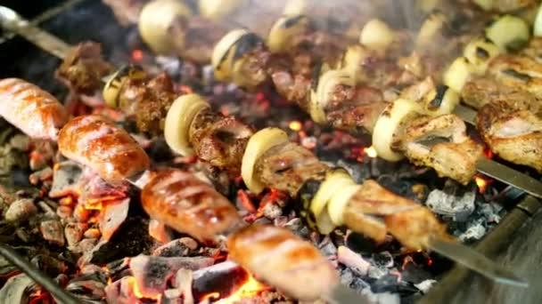 Šíš kebab na grilu. BBQ party