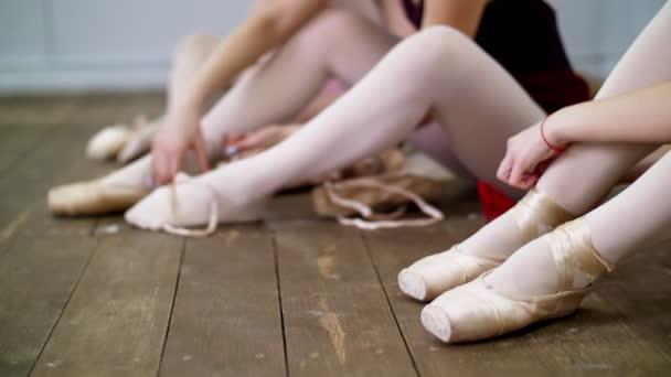 pretty nice 46251 8fe4e In der Nähe ändern, Ballerinas ihre Schuhe in speziellen Ballettschuhe,  Spitzenschuhe, Spitze mit Ballett-Bändern, auf einem alten Holzboden in  Ballett-Klasse.