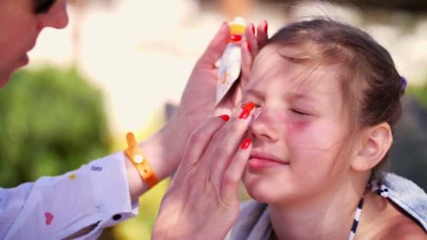 Gros plan enfants filles coup de soleil grave sur le visage maman frottis lieux de br lure - Brulure coup de soleil visage ...