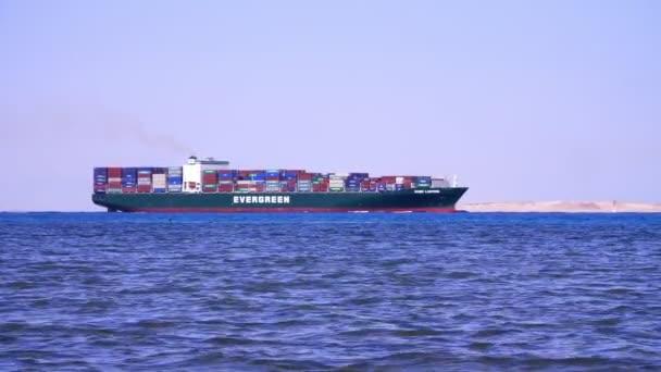 Sharm El Sheikh, Egyiptom - 2018. április 5.: Vörös-tenger, a nagy teherszállító hajó vitorlák a tenger