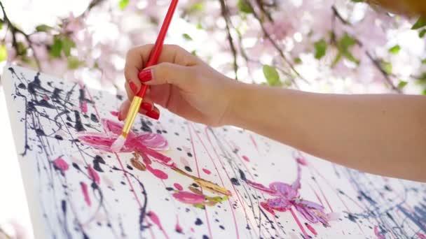 Közelkép, női kéz, festőművész, művész festékek a kép, virágok tavasszal virágzó Alma gyümölcsös, ő vonatkozik, olajfesték, vászon, ecset, kreatív folyamat