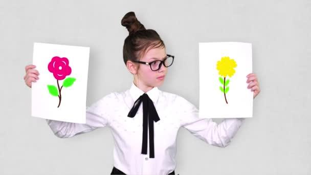 portré, tinédzser lány kezében két fehér papírlap a virágok rajzok, animációk. a választás fogalma, mindig választanod kell valami között.