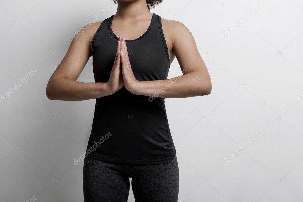 1b7c5c8babf89 Mujer joven irreconocible en ropa deportiva practicando yoga en casa —  Fotos de Stock