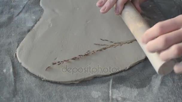 Keramik pomocí válce a bylinkové vytisknout na antuce, malá dílna