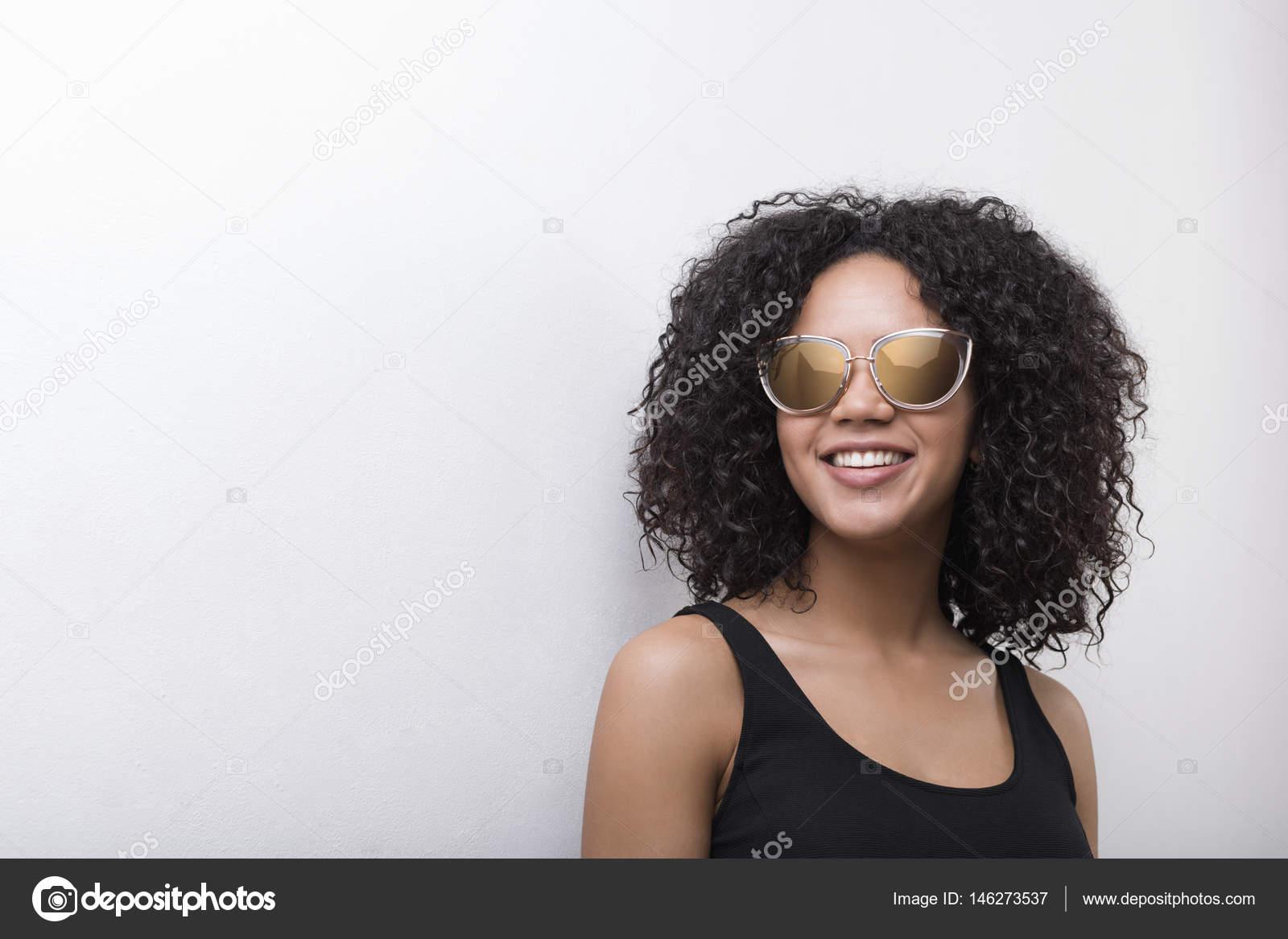 ce3949298e Κομψό αφρικανικές αμερικανικές γυναίκες μοντέλο φορώντας γυαλιά ηλίου–  εικόνα αρχείου