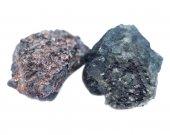 Krystalického alexandrit z Tanzanie izolovaných na bílém pozadí