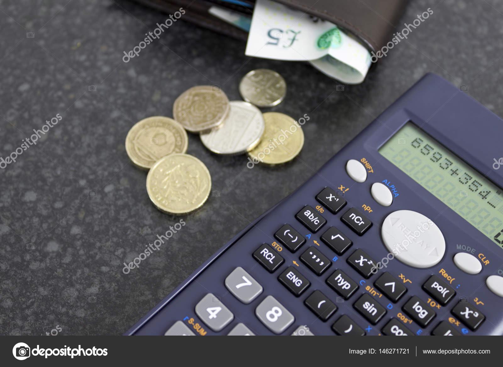 Calculatrice de bureau noir avec une pochette et quelques pièces