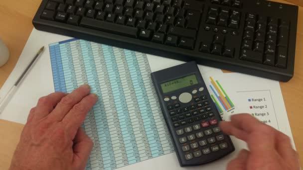 Účetní kontrola tabulky a zadání na klávesnici počítače