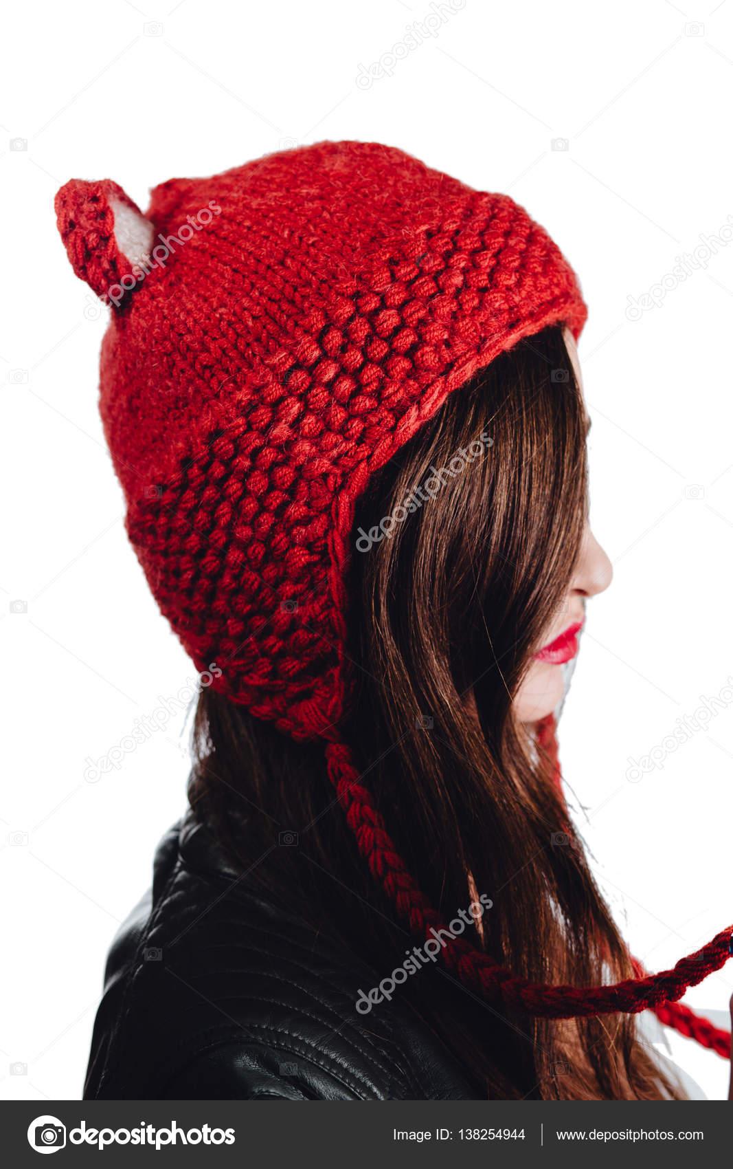 retail prices official shop amazing selection Jolie jeune femme portant un bonnet rouge tricoté main sur ...