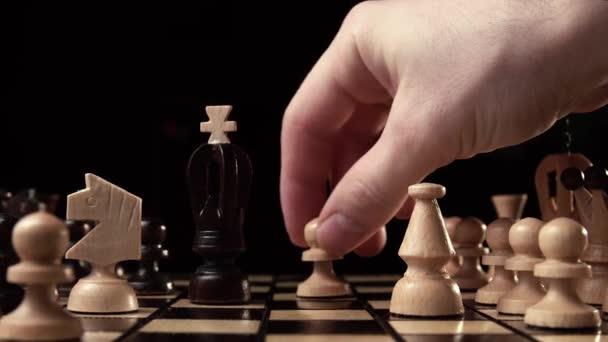 Vértes sakk, fából készült sakktábla, üzleti koncepció, a fekete háttér. dia kamera. Stúdió.