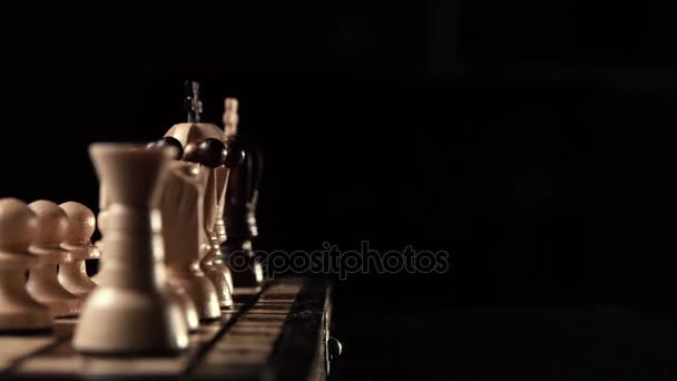 closeup šachy dřevěné šachy, obchodní koncept, černém pozadí. snímku fotoaparát. Studio