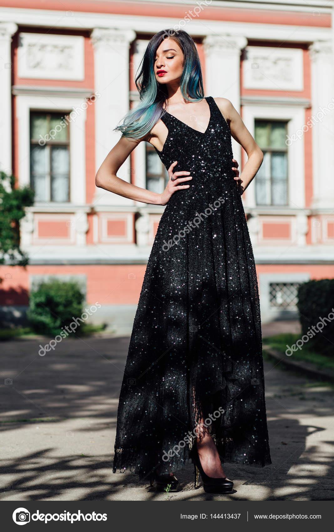 efbce034b850c49 Мода портрет великолепная девушка с голубой крашеные волосы длинные.  Красивое вечернее платье– Стоковое изображение