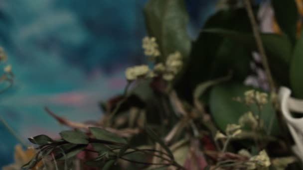 Lebka fox v kytici zvadlých slunečnice kytice.