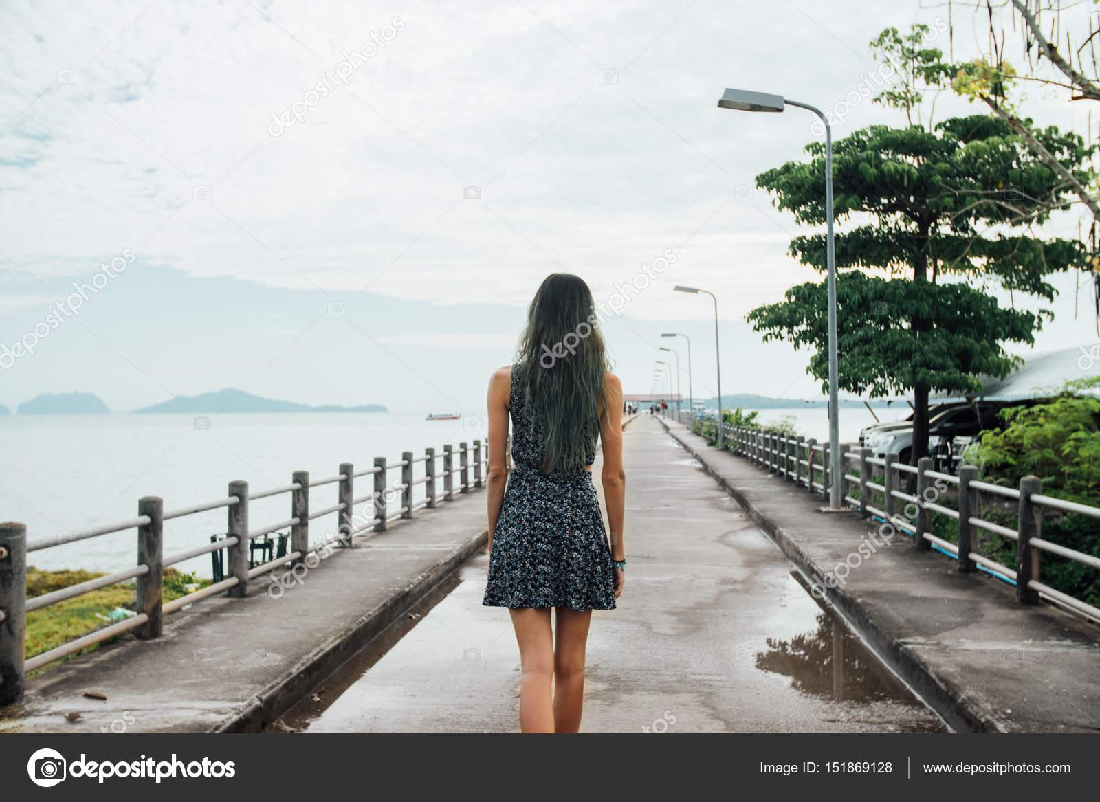 Девушка в платье вид сзади