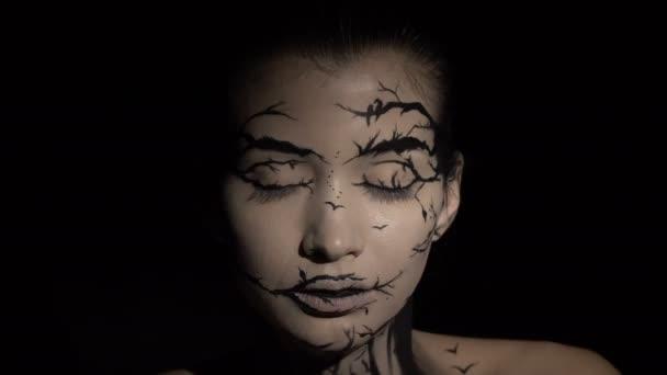 Mode close-up Portrait Model weiblich mit einem erstaunlich kreativ Make-up. Bemalte Muah Silhouetten