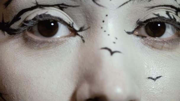 Divat modell nő egy elképesztő kreatív make-up közeli portréja. Festett muah sziluettek.