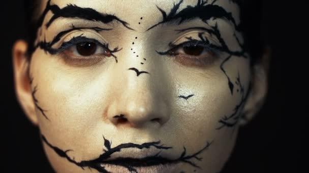 Divat közeli lassított portréja modell nő egy elképesztő kreatív smink.