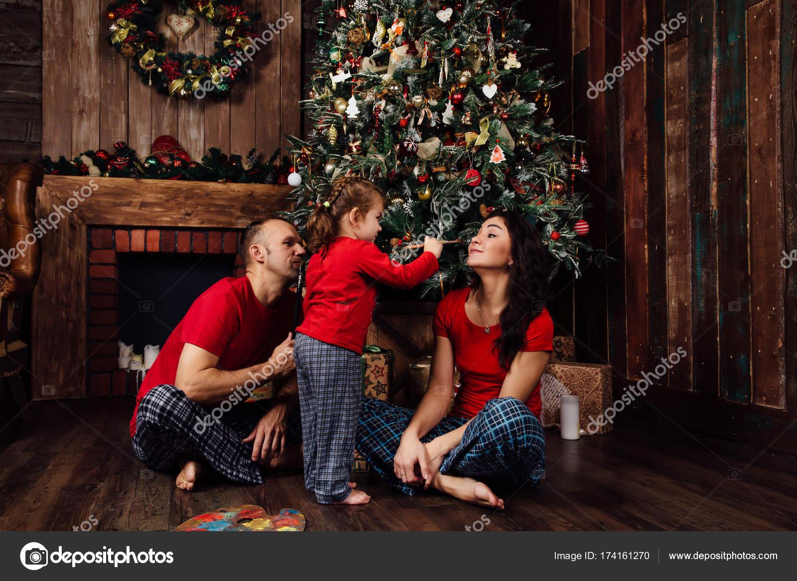Juegos Para Familias Navidad Juega La Familia En Pijama Junto A Un