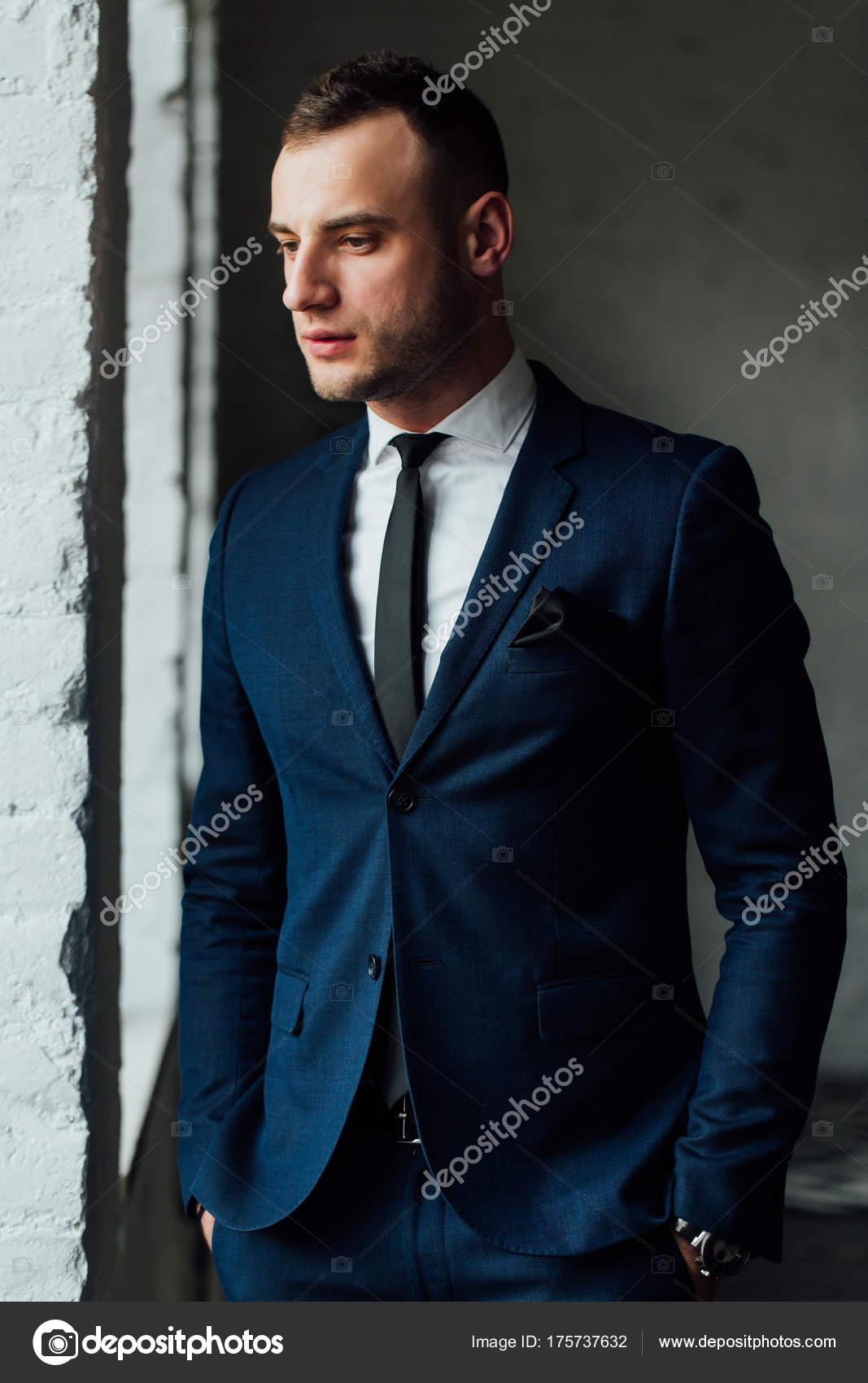 Attraktive Und Selbstbewusste Jungunternehmer Im Blauen Anzug Und