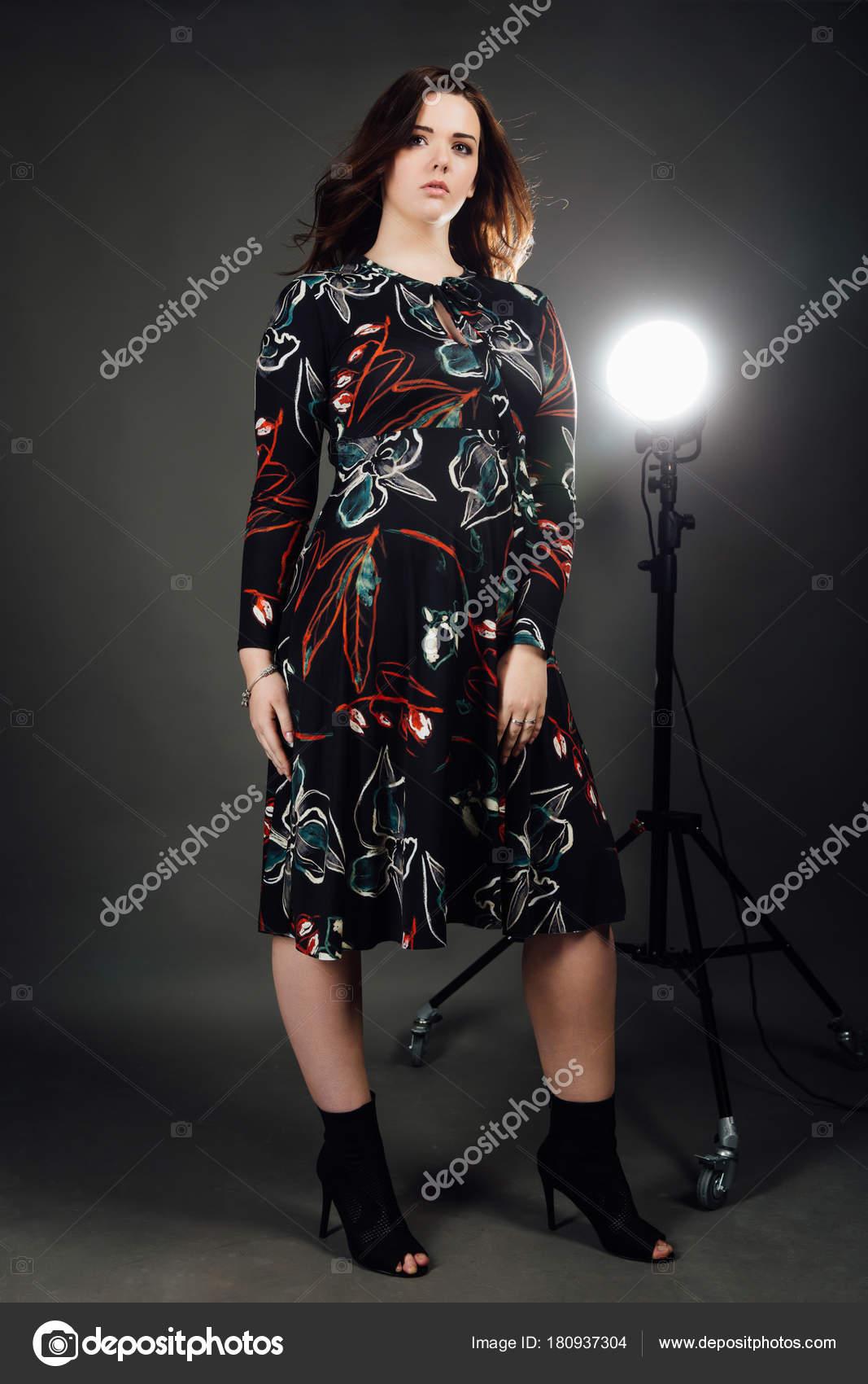 porträtt plus size mode modell fet kvinna på grå studio bakgrund ... f3491ac876372