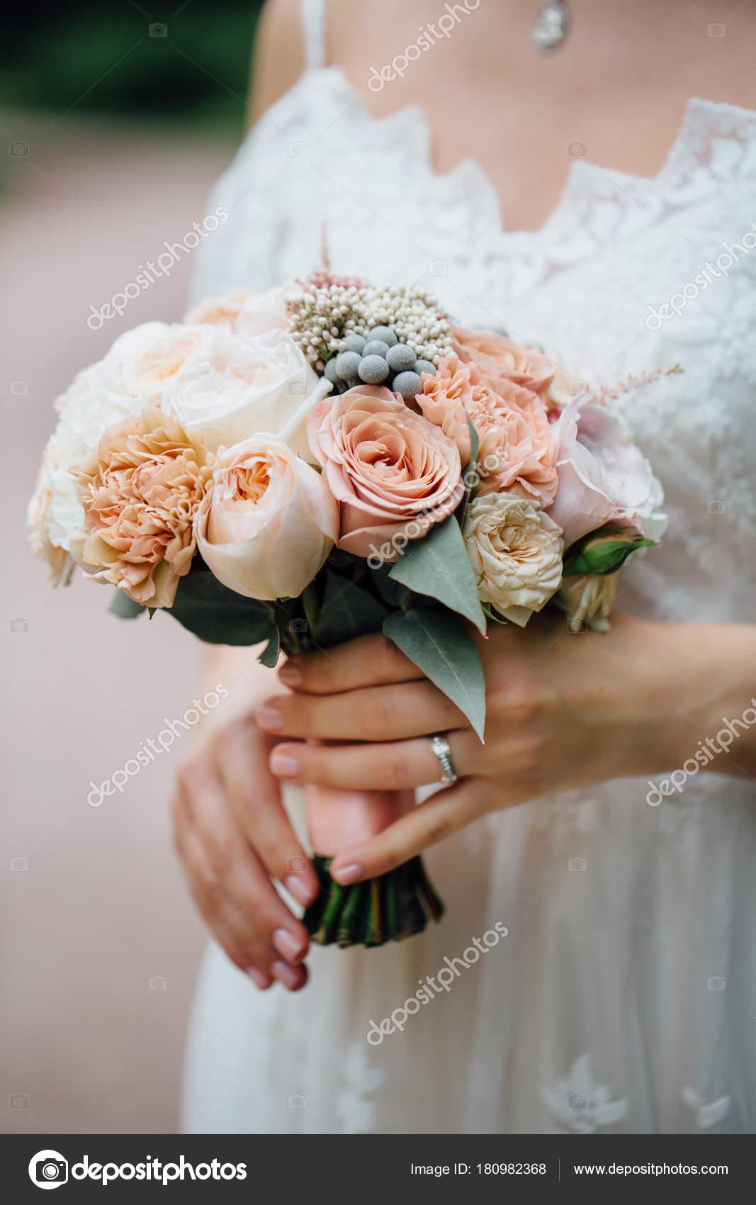 Brautstrauss In Handen Der Braute Beige Rosen Und Pfingstrosen