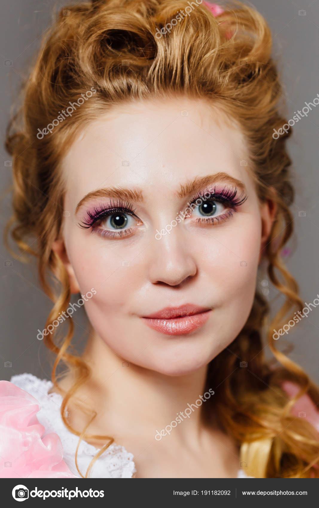 Schone Junge Madchen Mit Lockige Frisur Wunderschone Prinzessin In