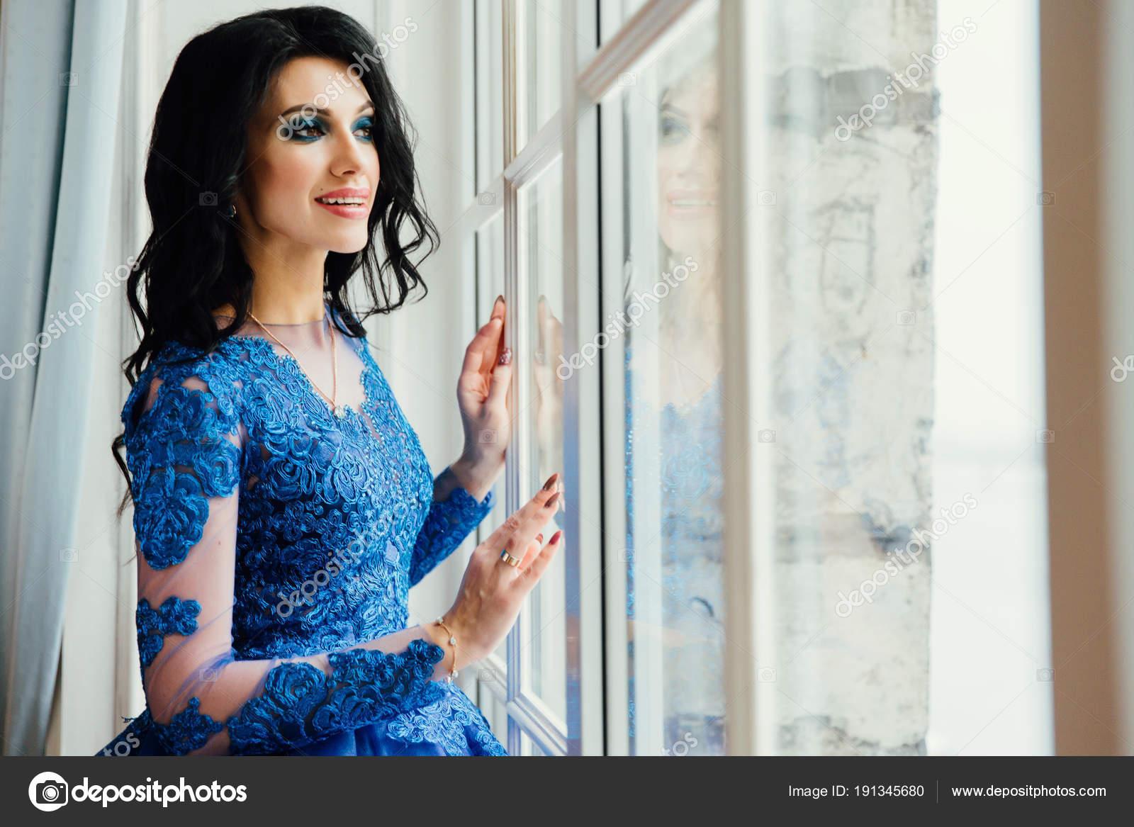 Модель брюнетка в голубом платье порно ролики ххх