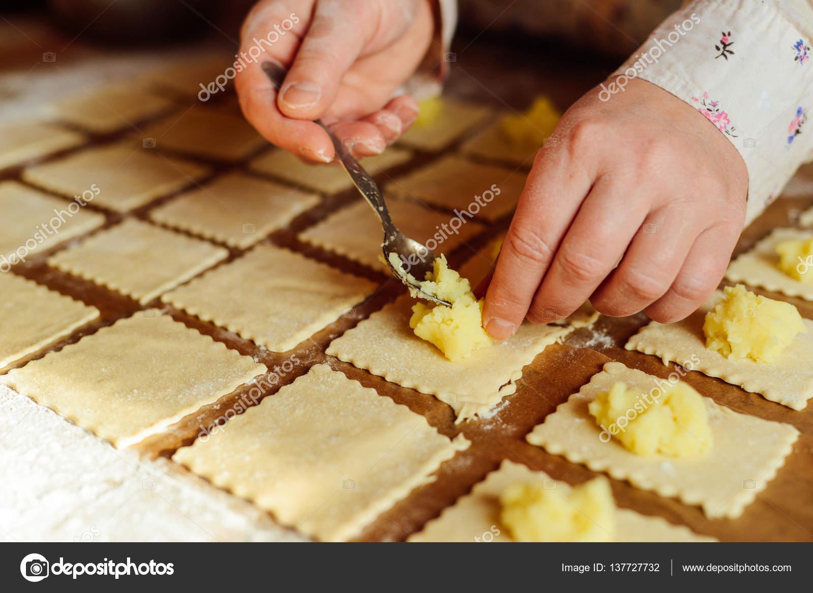 Herstellung von Piroggen mit Kartoffel Wareniki. Russische ...