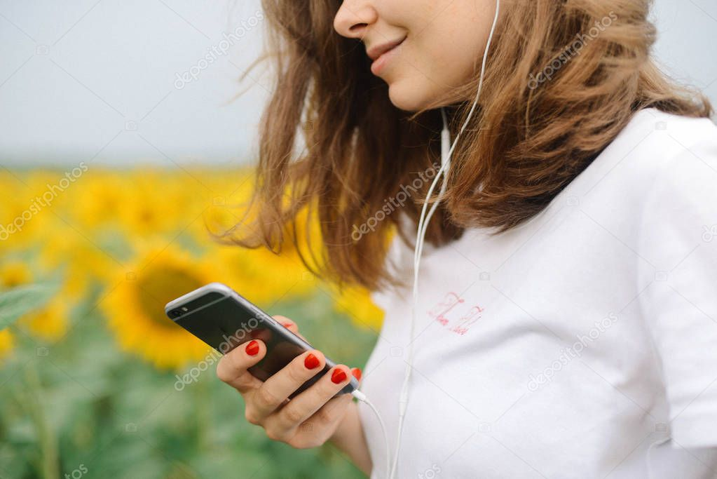 young beautiful girl  listen the music in your smartphone, outdo