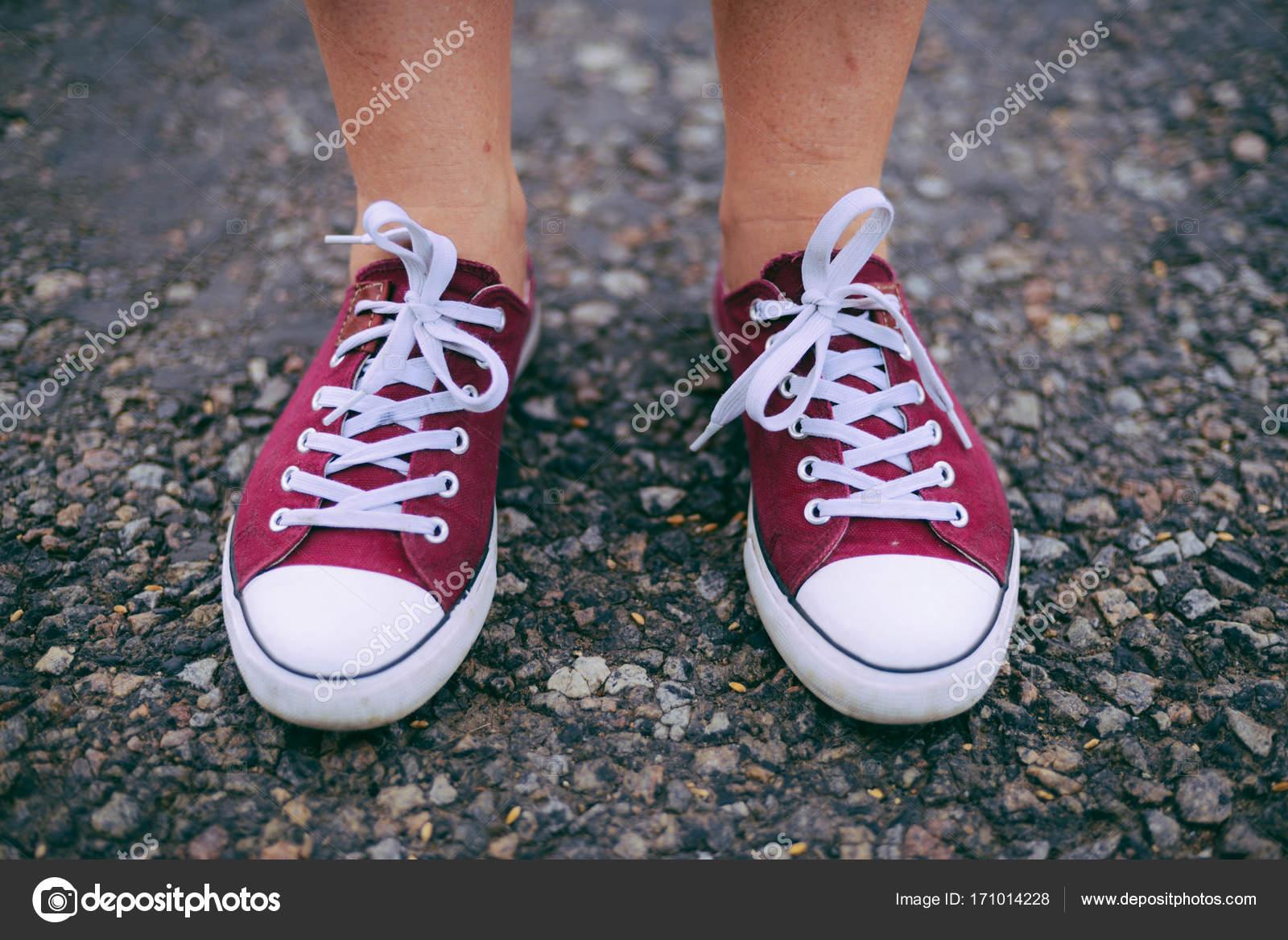 38f0f3b53e Mujer cool de moda hipster con zapatillas rosa. Cerrar imagen brillante  verano de pies de mujer, usar a hipster Ensenada casual, posando en la  ciudad.
