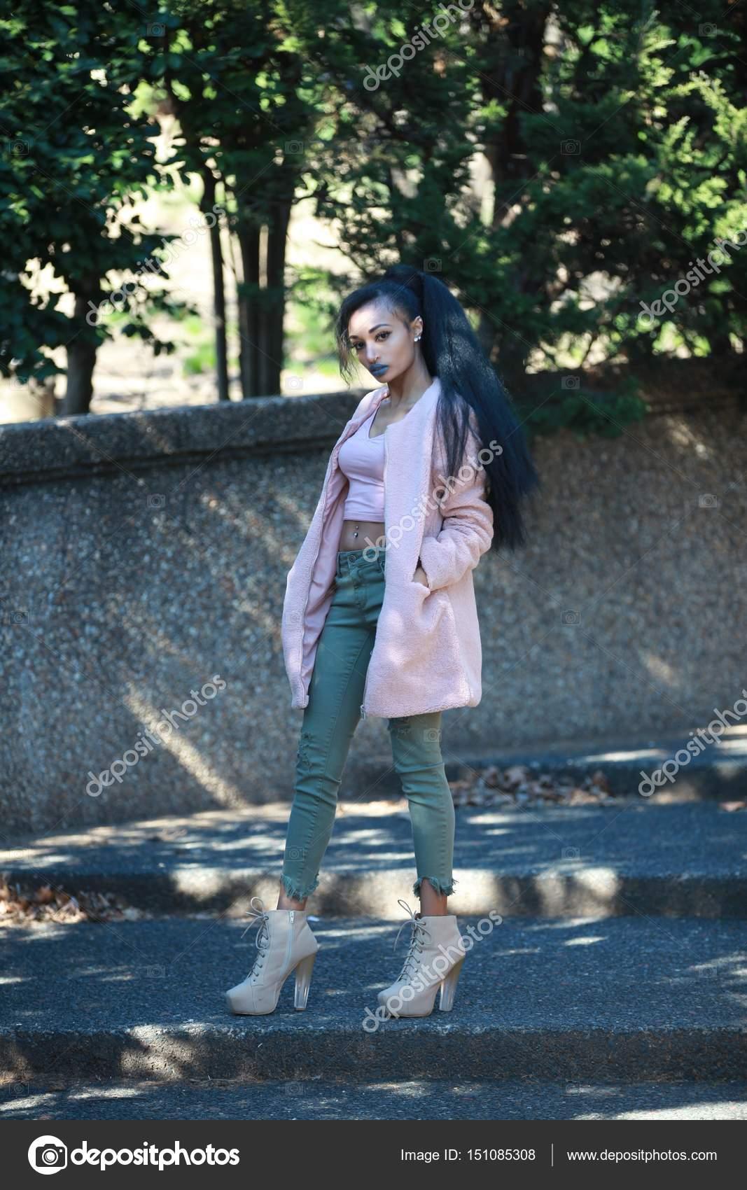 3a30938731c5 Κομψά γυναικεία casual ρούχα — Φωτογραφία Αρχείου © kosim.shukurov ...