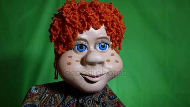 Fiatal srác egy Tv-show. Mese karakter narancssárga göndör haj kék szemek és egy fantasztikus karizmatikus megjelenését. Azt mondja a történet, vagy a közönség egy beszélgetés során. Nagy szempillák.