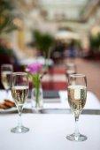Gläser mit Champagner auf den Tischen