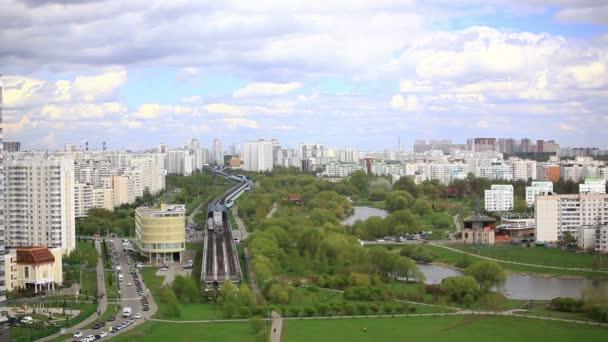 Městského panoramatu. Skytrain stanice a green Park