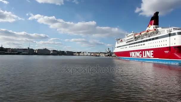Helsinky, Finsko - 23. července 2013: na loď plave do města pozadí obrovských výletních lodí v Finského zálivu, slunečný letní den.