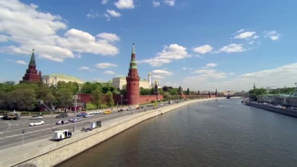 Pohled na Moskvu. Kreml, zlatá kopule kostelů, řeka. Automobilové dopravy v blízkosti