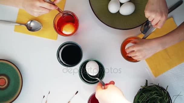 Gyerekek húsvéti tojás festés. Szemközti nézet