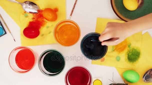 Rodina, malování kraslic. Pohled shora