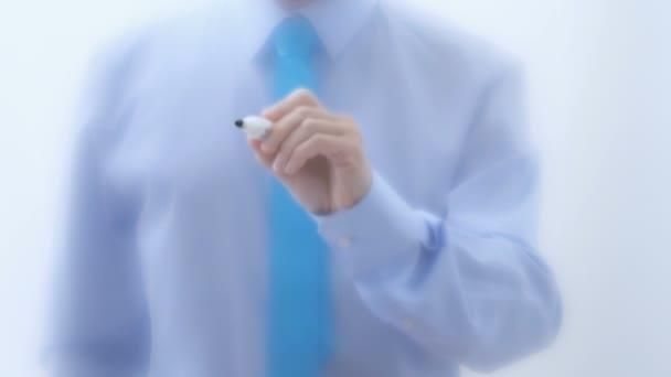 Üvegre írt ötlet. Üzletember kézírás szavak marker toll